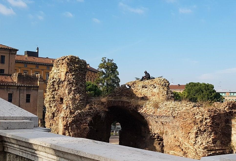Bologna, schiaccia un pisolino sulla storia: uomo si arrampica sulle rovine a pochi passi dal centro
