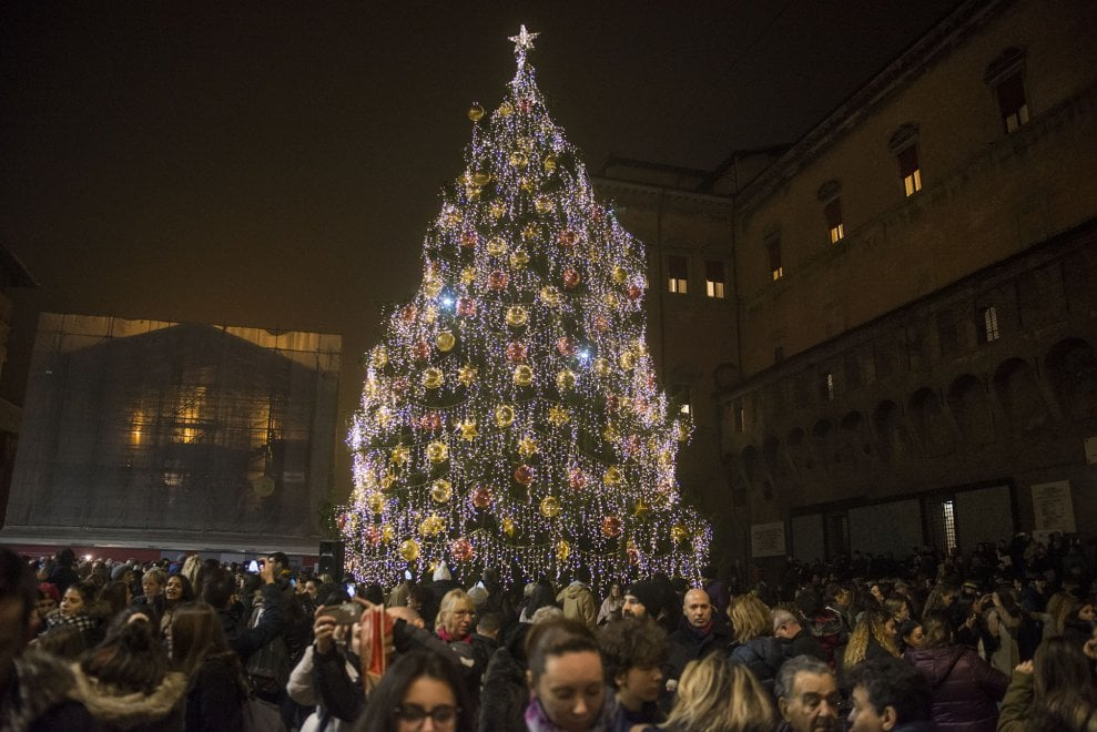 Bologna, fra selfie e sorrisi ecco l'albero di Natale illuminato