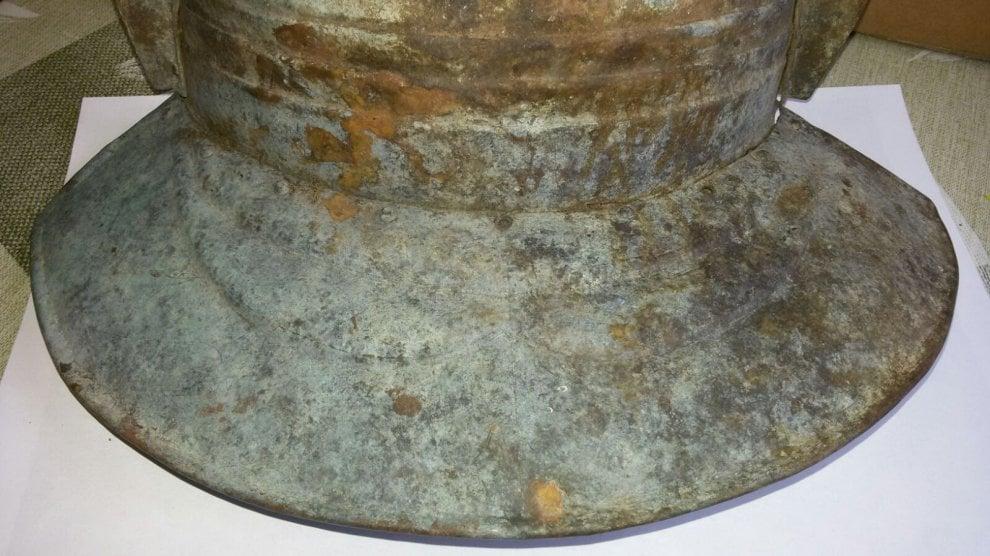 Va a funghi nel Bolognese e trova un elmo di epoca romana