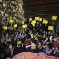 """Bologna, coperte in piazza contro i Daspo ai senza tetto: """"Vicini ai poveri"""""""