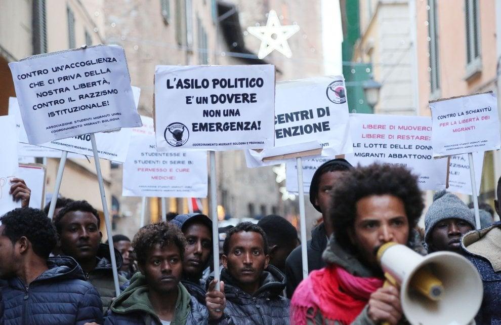 """""""Contro la schiavitù e per la nostra libertà"""": Bologna, il corteo dei migranti in centro"""