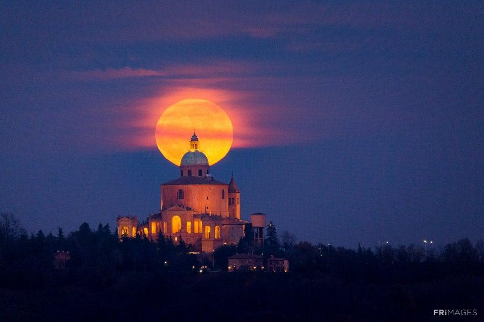 Bologna, la superluna dà spettacolo a San Luca