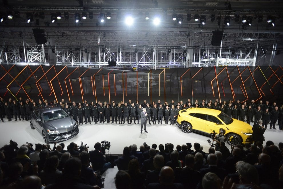 Bologna, ecco il nuovo suv Lamborghini. Il premier Gentiloni alla presentazione