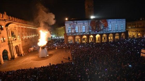 Capodanno 2018 a Bologna, la paura del terrorismo lascia in piazza solo il Vecchione