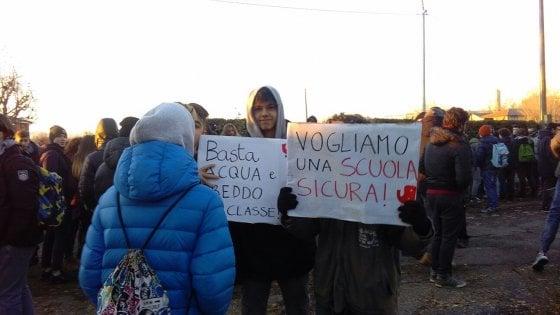 """Scuola, nuova protesta degli studenti al Serpieri di Bologna: """"Aule fredde"""""""