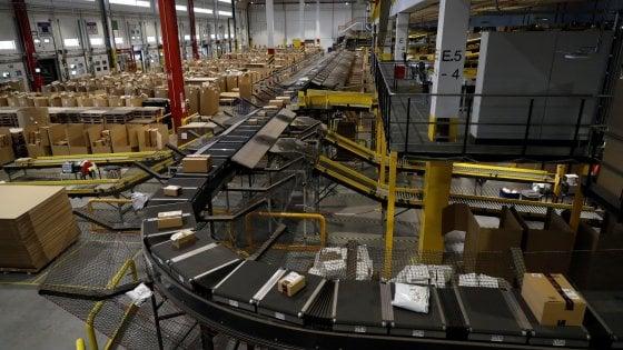 """Il ministro Poletti: """"I controlli dentro la sede Amazon di Piacenza dureranno settimane"""""""