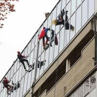 Bologna, i Supereroi scalano l'ospedale