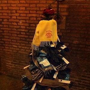 Bologna, l'alberello di Natale delle sciarpe sospese
