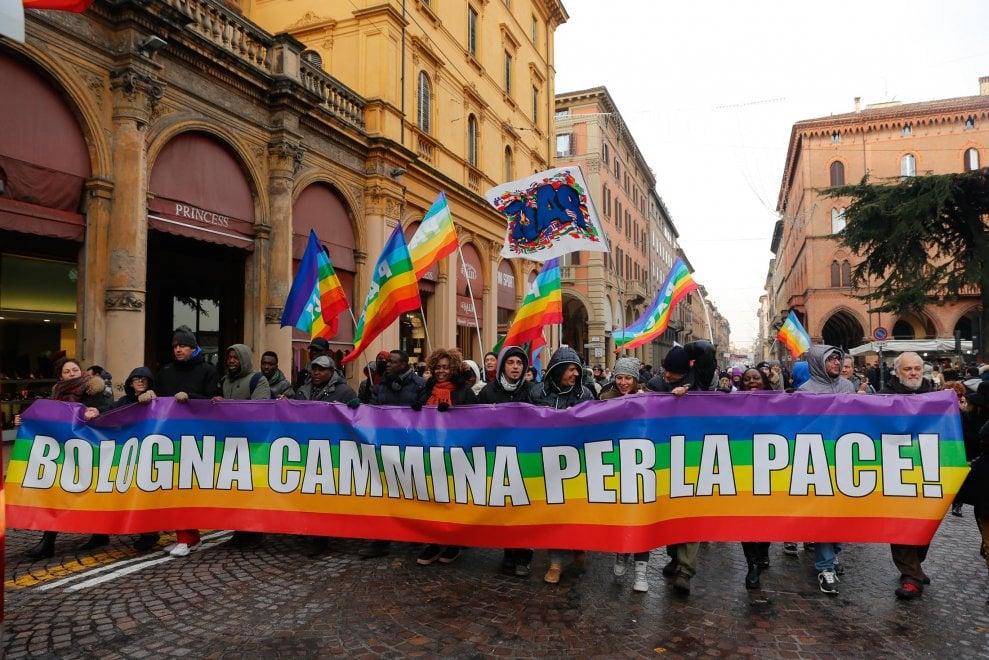 Bologna in marcia per la pace. E alle Cucine popolari tortellini e passatelli ai poveri
