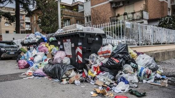 """Rifiuti, sindaco Pd del Bolognese: """"Ordinanza per bloccare i camion in arrivo dal Lazio"""""""