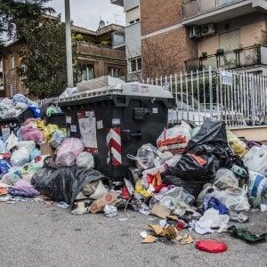 """Rifiuti Roma, Bonaccini (presidente Emilia Romagna): """"Noi li aiutiamo e loro ci insultano: M5S senza vergogna"""""""