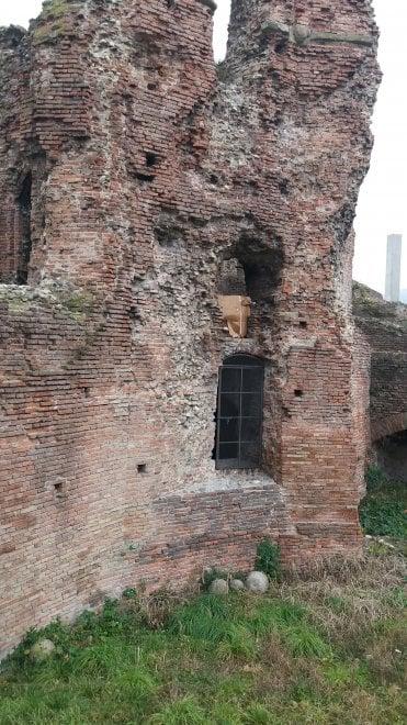 """Bologna, la denuncia di un lettore: """"Su quelle mura abbandono o degrado?"""""""