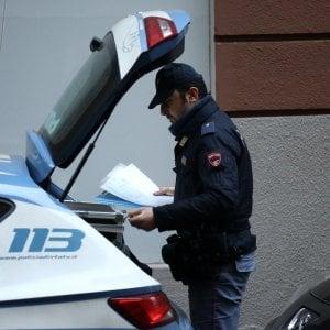 Bologna, picchia la fidanzata e aggredisce gli agenti