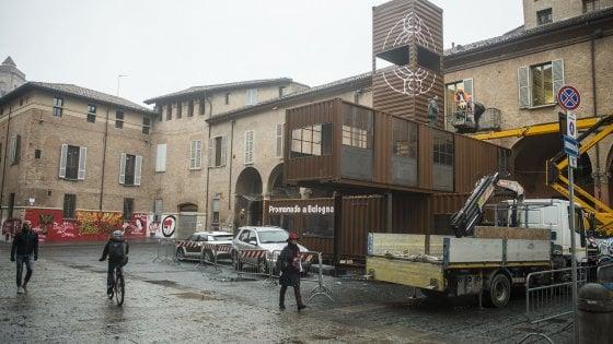 """Bologna, spunta una torretta in zona universitaria. Dalla """"bolla"""" ai container nelle piazze c'è di tutto"""