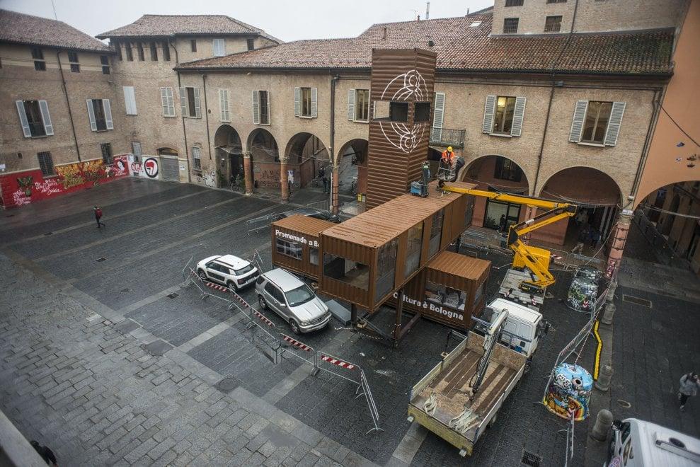 Bologna, pila di container con torretta nella piazza del teatro Comunale