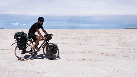 """Cinque mesi in Sudamerica su una bici di bambù: """"Così vi racconto come la plastica sta devastando il mondo"""""""