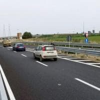 Modena, 17enne vaga a piedi in autostrada: salvato