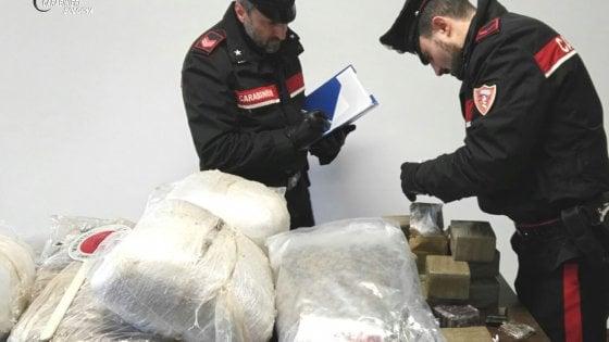 Bologna, in casa e in auto ha quasi 80 kg di droga: arrestato