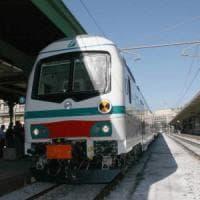 Ferrara, minacciano un disabile e devastano una carrozza del treno: tre