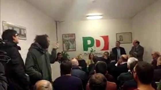 """Bologna, il collettivo Hobo irrompe nel circolo Pd. Il segretario dem: """"Il vostro fascismo non ci fa paura"""""""