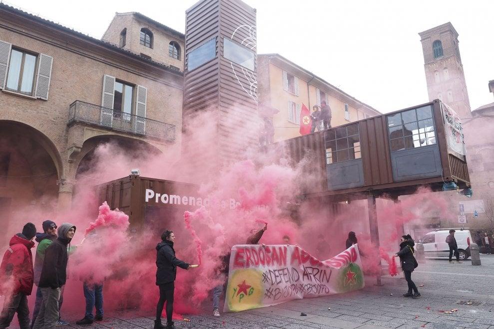 Bologna, il Cua protesta contro Erdogan occupando i container di piazza Verdi