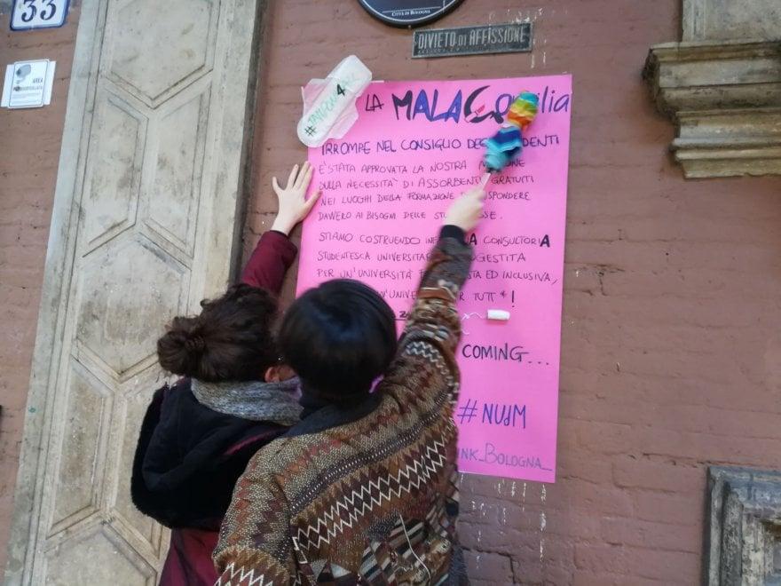 """Ateneo Bologna, blitz delle studentesse femministe: """"Assorbenti gratuiti nei bagni"""""""