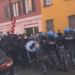 Piacenza, violenti scontri in piazza tra polizia e manifestanti