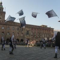 Bologna, che festa in piazza con Balanzone