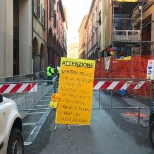 Bologna, asfalto sfondato: chiusa via San Felice