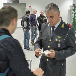 Troppi soldi in valigia: all'aeroporto Marconi di Bologna quattro passeggeri con 121mila euro