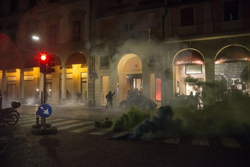 Idranti, lacrimogeni e manganellate: a Bologna nuove cariche della polizia sui centri sociali. E in piazza Forza Nuova