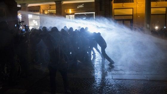 Bologna, la polizia carica i centri sociali: idranti e lacrimogeni. Zona rossa per il comizio di Forza Nuova