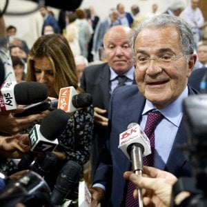 """Bologna, Prodi con Gentiloni: """"E' la guida tranquilla dell'Italia che non comanda"""""""