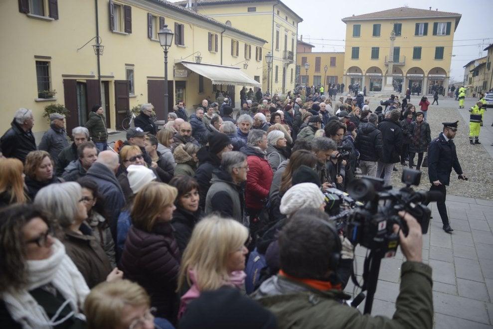 Bologna il mondo dello spettacolo ai funerali di bibi for Mondo bologna