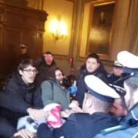 Bologna, per il blitz di Hobo in Consiglio comunale l'ipotesi di resistenza