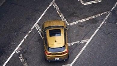 Suv parcheggiato sullo spartitraffico:  Bmw ritira la pubblicità web e si scusa