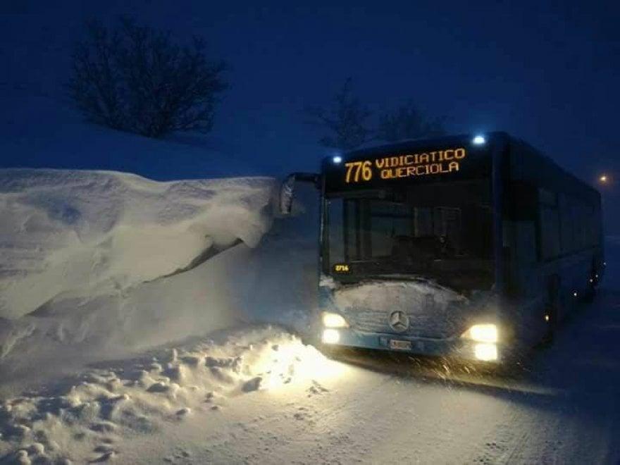 Gli eroici autisti dell'Appennino bolognese: bus regolari anche con un metro di neve