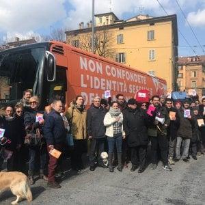 Bologna, il pullman anti-gender di Giovanardi blocca piazza Malpighi. Contestato