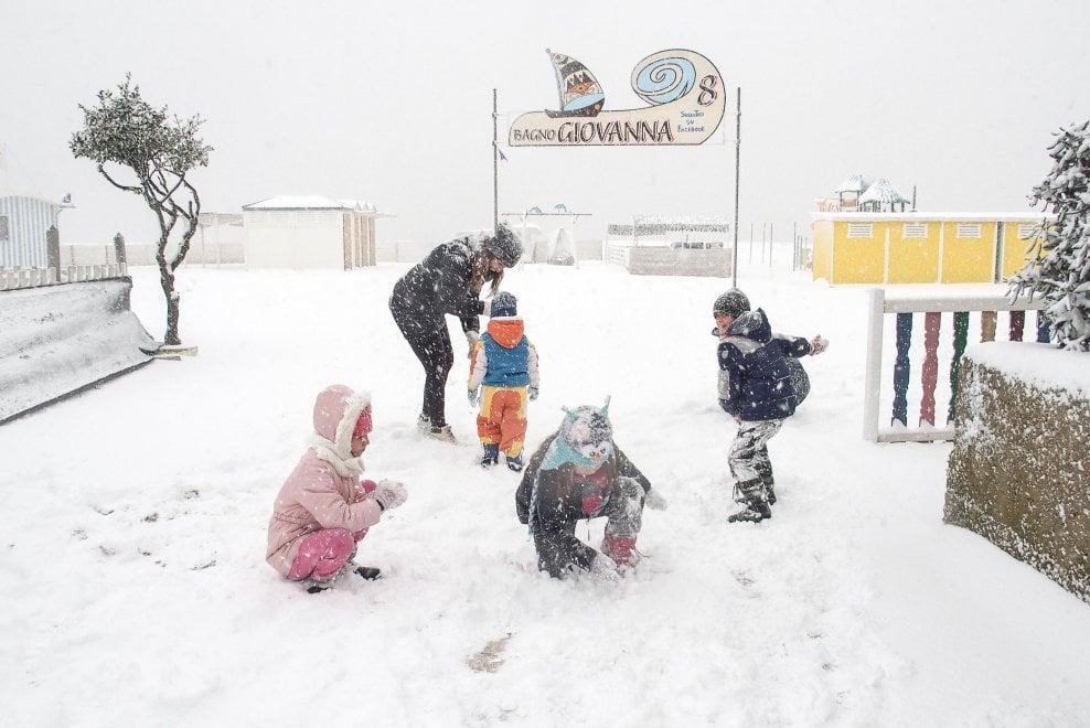 Cartoline inusuali dalla Riviera romagnola: a Rimini si gioca con la neve in spiaggia