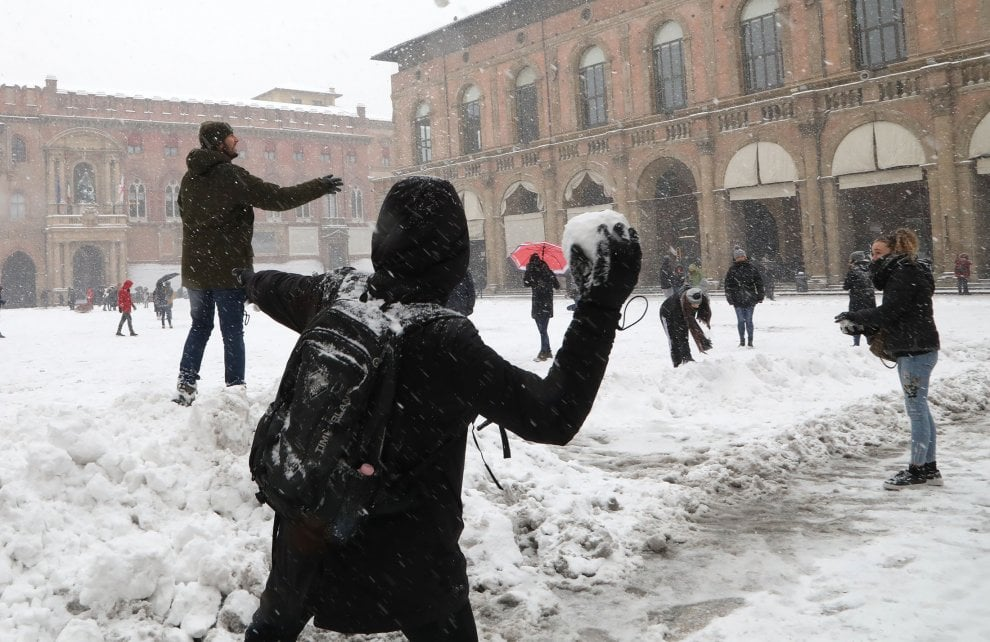 Bologna, tutti a fare palle di neve in piazza Maggiore