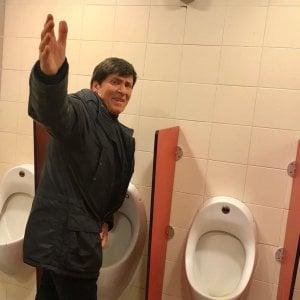 Gianni Morandi al bagno, la foto fa il giro del web
