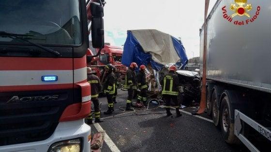 Incidente sulla A14, coinvolti 5 mezzi: morta una donna