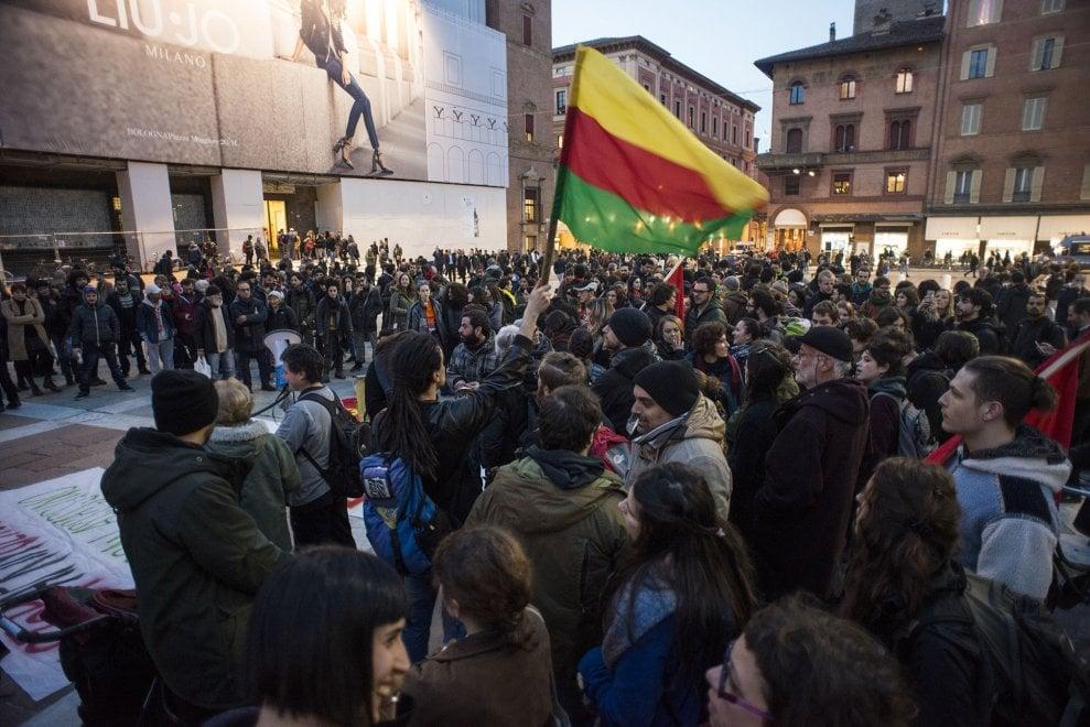 Bologna in piazza per fermare il massacro