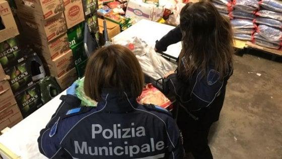 Multati due alimentari del centro di Bologna: sequestro di 85 kg di cibo