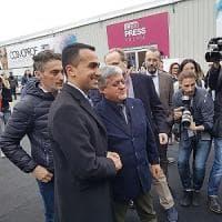 """Bagno di folla per Di Maio al Cosmoprof di Bologna: """"Sono qui per abbracciare il popolo..."""
