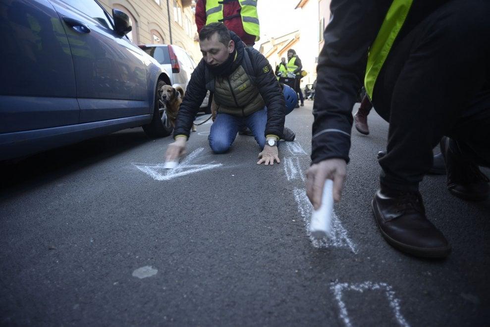 """A Bologna flashmob dei genitori in bici: disegnano la ciclabile che non c'è """"e che serve"""""""