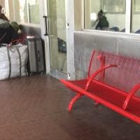 Panchine anti-clochard in autostazione a Bologna