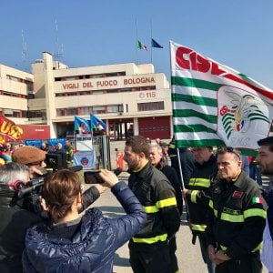 Mezzi vecchi e scarse risorse: lo sciopero dei pompieri