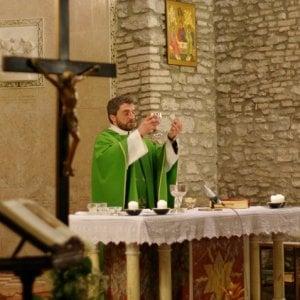 """Reggio Emilia, il parroco mette in guardia: """"Se regalate lo smartphone, niente Prima comunione"""""""