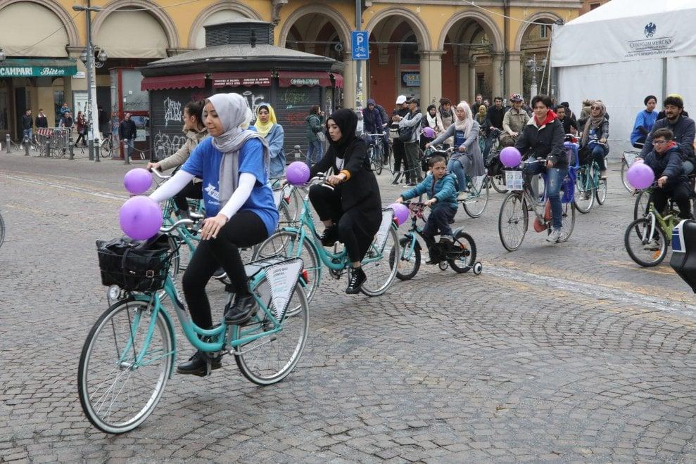 Bologna, la biciclettata per le donne